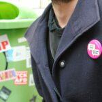 Generationen In Projekten – Ein Pinkfarbener Ansteck-Button Verbindet